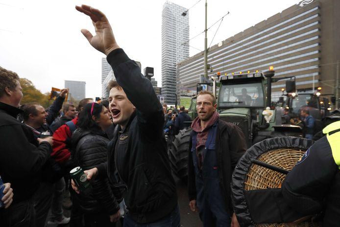 Boeren bij het Centraal Station in Den Haag. Honderden demonstrerende boeren hebben woensdagmiddag het officiële demonstratieterrein verlaten, blokkeren tramlijnen en steken vuurwerk af. ANP KOEN VAN WEEL