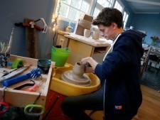 Duizenden mensen volgen de hobby van Calder: 'Het is een soort Heel Holland Bakt, maar dan met klei'