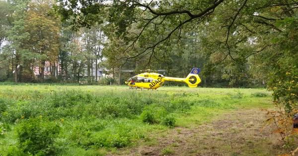 Gewonde met spoed naar ziekenhuis na ongeluk op bouwplaats in Enschede.
