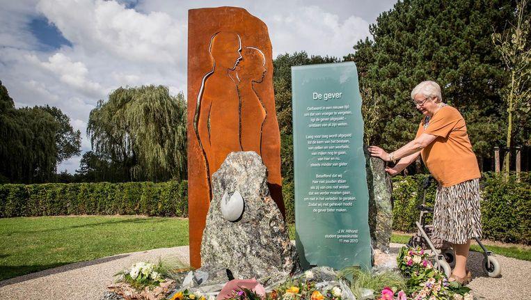 Joke van der Wal (74) bij het nieuwe herdenkingsmonument op begraafplaats Hofwijk in Rotterdam. Beeld Arie Kievit