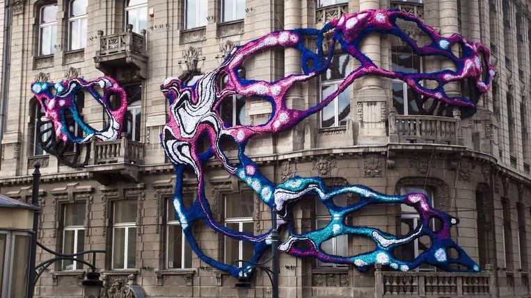 Een voorbeeld van een werk van Crystal Wagner. In het Feest- en Cultuurpaleis komt een textielinstallatie van haar hand.