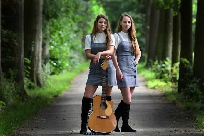 Culemborg Lisa Schenk (gitaar) en Sarah van Heuven.Foto William Hoogteyling