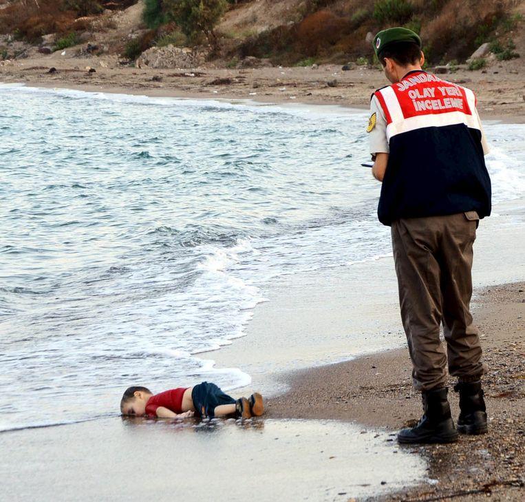 Het levenloze lichaam van Aylan op het strand van Bodrum. Beeld reuters