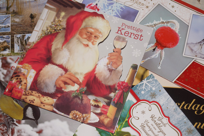 De trend om minder kerst- en nieuwjaarskaarten te versturen zet zich ook dit jaar door, zegt PostNL.