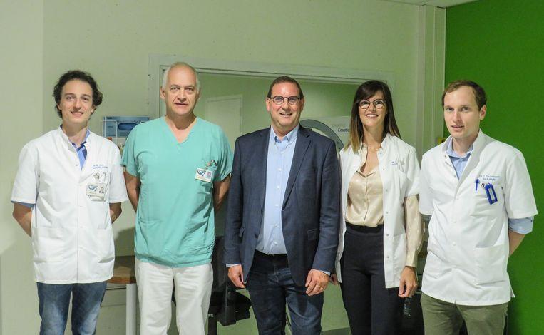 Het team radiologen van de dienst Medische Beeldvorming van AZ Oudenaarde: Dr. Frank Hatem, Dr. Thomas Vanden Berghe, Dr. Catherine Heyse en Dr. Thomas Thuysbaert met centraal voorzitter Raad van Bestuur. Stefaan Vercamer.