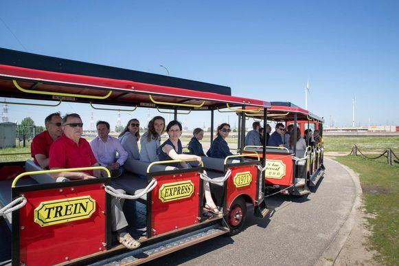 Bezoekers werden met een treintje rondgereden in de haven.