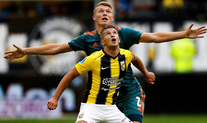 Bryan Linssen voor Vitesse in duel met Perr Schuurs van Ajax.