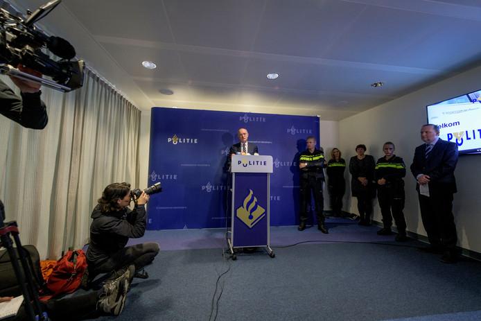De persconferentie daags na de viervoudige moord in Enschede. Op de foto is burgemeester Onno van Veldhuizen aan het woord.