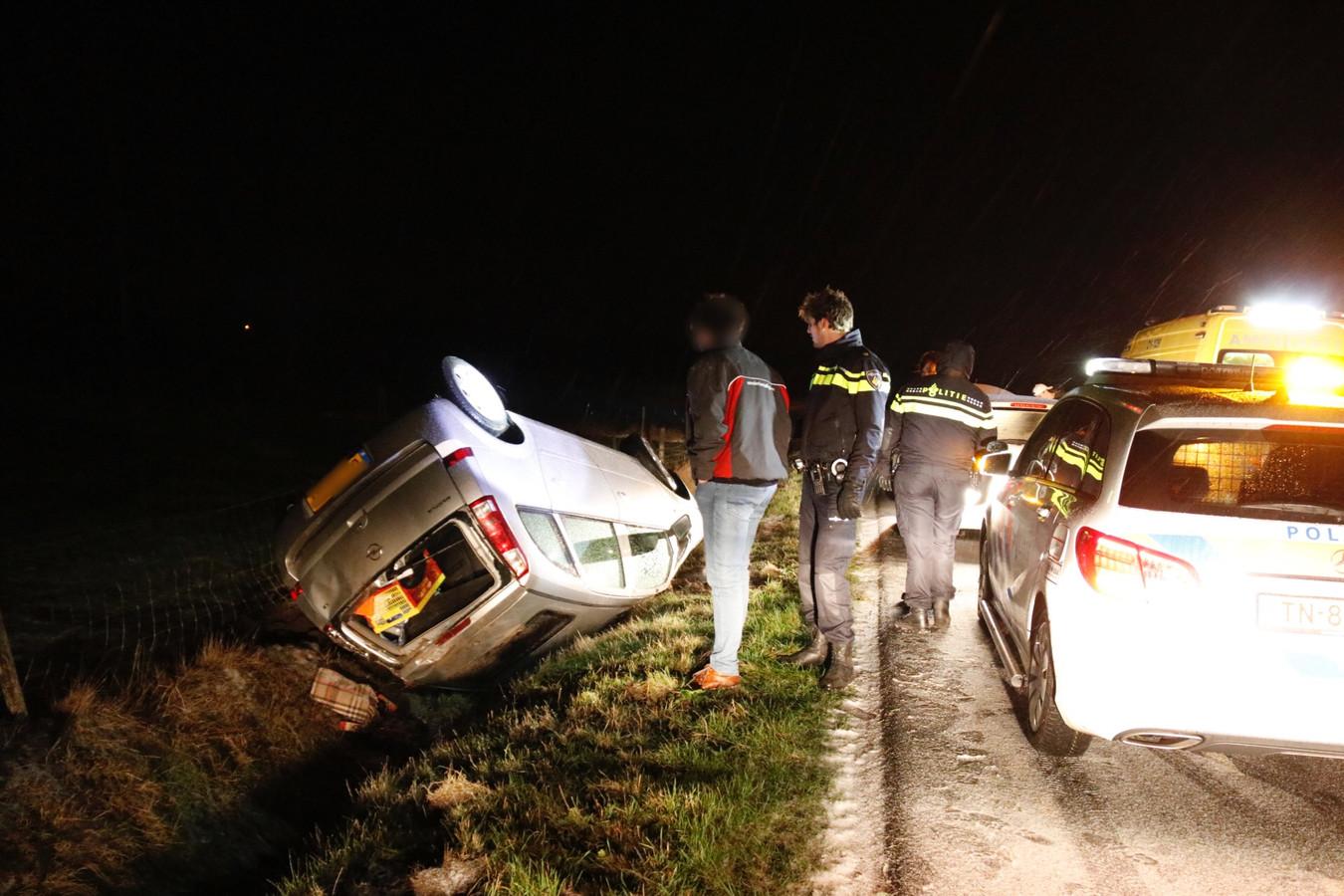 Een auto belandde op de kop in de sloot