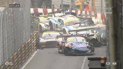 Enorme ravage na botsing in GT-World Cup: twaalf wagens knallen vol op elkaar. Ervaren rijder overleden in motorwedstrijd