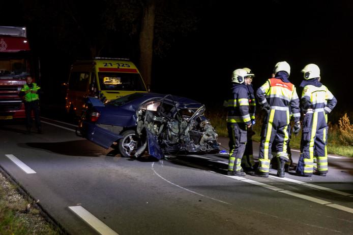 Van de auto is weinig over na het ernstige ongeluk in Mill.