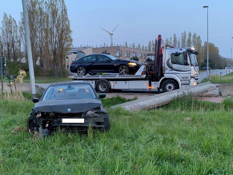 Twee straatracers vlogen vorig jaar met hun BMW's door een betonnen vangrail.