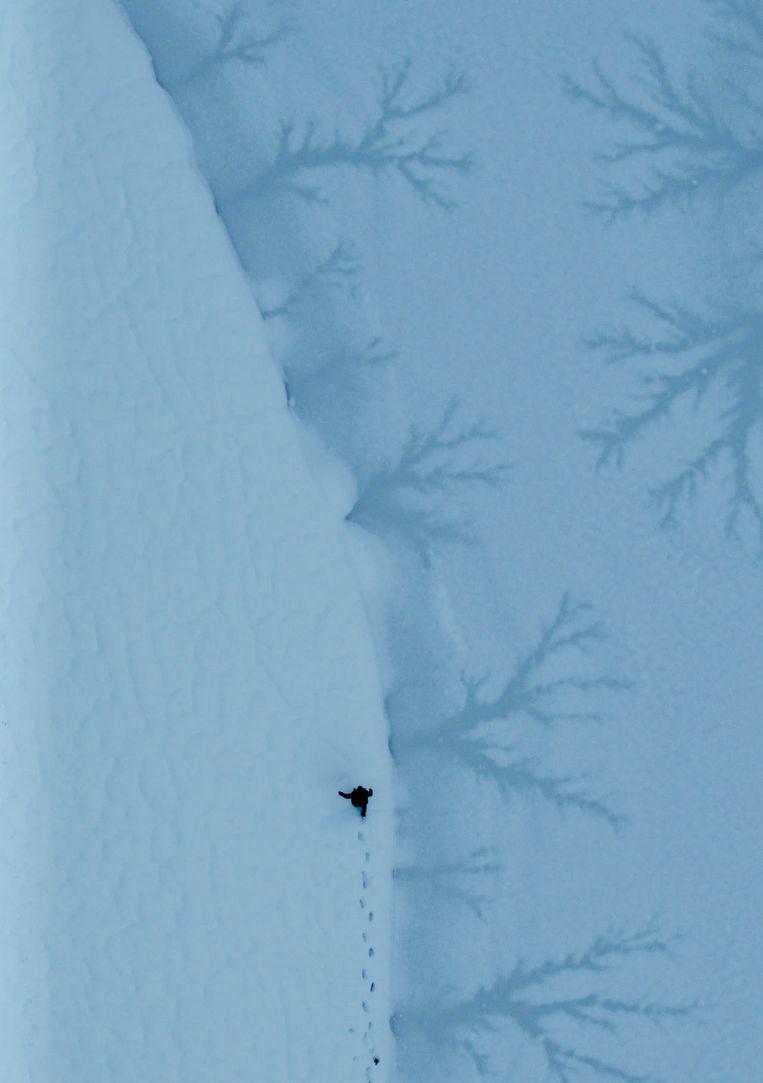 Drone shot uit 'The Echo of Being' waarin Greg Wise (vader) langs het bevroren bergmeer in de Dolomieten loopt. Beeld