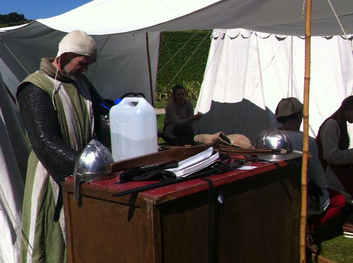 Middeleeuwse wapenuitrustingen bij kasteel Heewsijk.