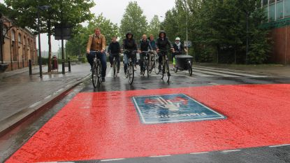 Hevige regenbui houdt hen niet tegen: Gemeenteraadsleden nemen nieuwe Izegemse fietszone in gebruik