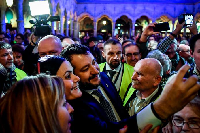 Matteo Salvini prenant un selfie. En face de lui, le Vlaams Belang Luc Vermeulen, également membre de l'organisation nationaliste flamande Voorpost.
