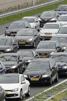 File op A12 bij Arnhem door ongeluk, linkerrijstrook afgesloten