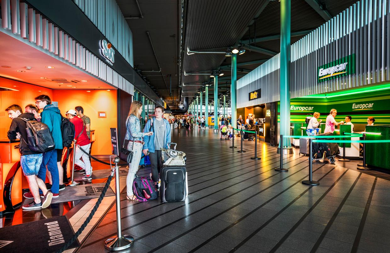 Autoverhuurbedrijven in de aankomsthal van Schiphol.