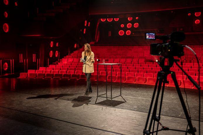De studentendenktank Create Tomorrow had dit jaar via een digitale verbinding plaats. In een leeg Wilminktheater verzorgde actrice Hanna Verboom de presentatie.