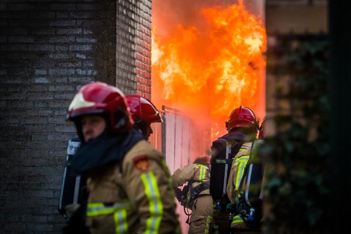 De vlammen sloegen meters hoog uit het huisje in de tuin van een seniorenwoning.