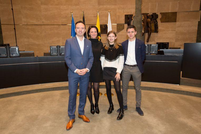 Bruno Steegen krijgt in het Provinciehuis gezelschap van zijn echtgenote Annemie Guffens, dochter Julie en zoon Michiel.