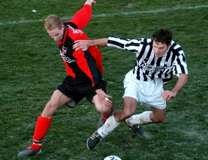 Frits van Putten (links) in actie namens De Treffers in de derby tegen Achilles'29. archieffoto Theo van Zwam