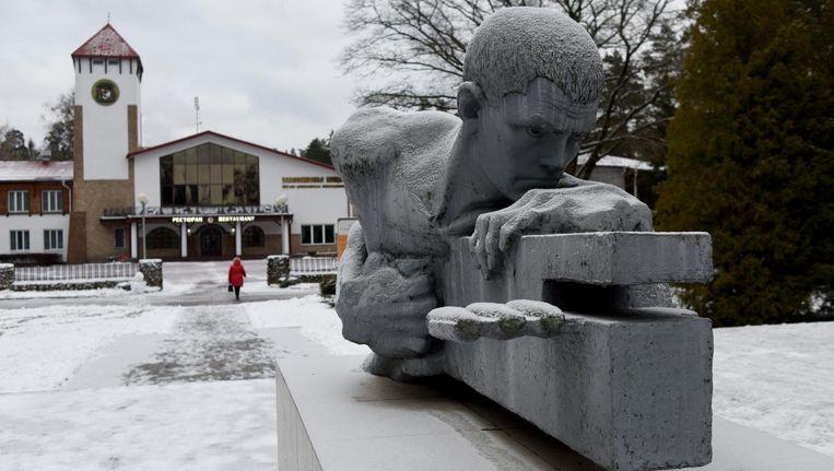 Een monument ter nagedachtenis aan de Tweede Wereldoorlog, nabij het Belavezjskaja Woud in het dorp Kamenjoeki. In het woud vochten partizanen een strijd uit tegen de nazi's. Beeld Yuri Kozyrev/ Noor