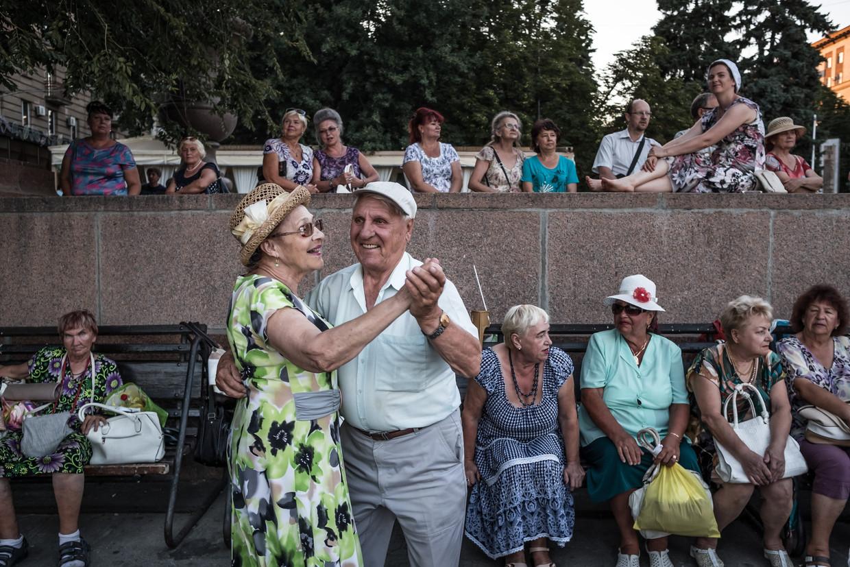 Pensionado's dansen op straat in Volgograd. Russische gepensioneerden krijgen gemiddeld 178 euro per maand van het pensioenfonds.