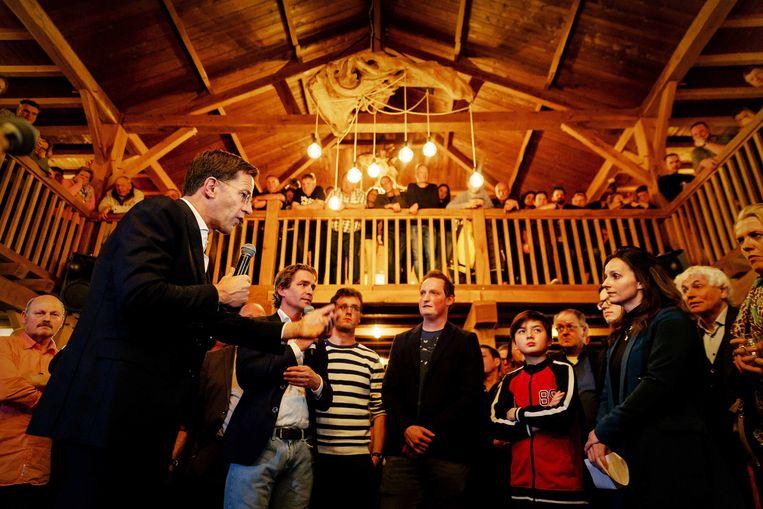Minister-president Mark Rutte praat met boeren tijdens een bijeenkomst over de stikstofproblematiek. Beeld ANP
