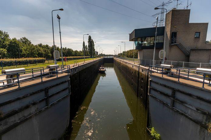 Sluis Helmond in de Zuid Willemsvaart bij  Brouwhuis is toe aan onderhoud.