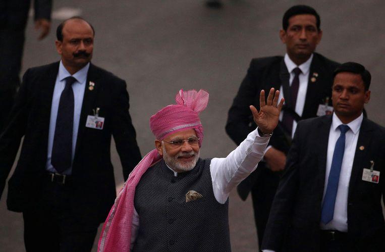 Premier Modi zwaait naar toegestroomd publiek, nadat hij de Onafhankelijkheidsdagparade had bijgewoond in New Delhi.  Beeld REUTERS