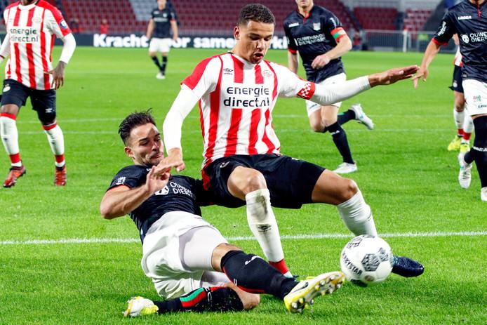NEC-speler Guus Joppen in duel met Armando Obispo van Jong PSV in Eindhoven (3-3).