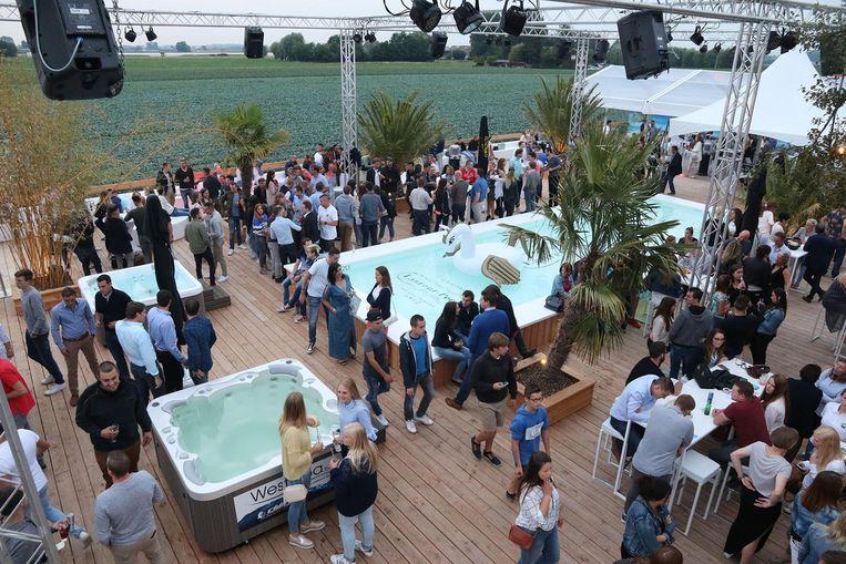 De openingsavond van Le Jardin, met zwembad en jaccuzi's, lokte heel wat volk.