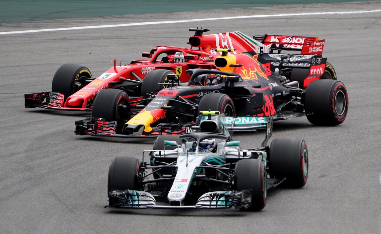 Brazilië 2018 Max Verstappen (midden) jaagt op Valtteri Bottas (Mercedes) nadat hij Sebastian Vettel (Ferrari) is gepasseerd.  Beeld REUTERS
