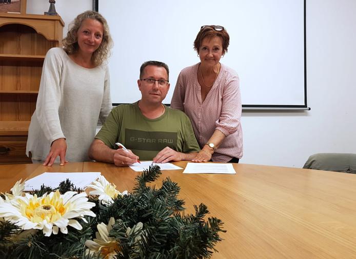 Voorzitters Marjolein van der Weide van Forza (l) en Janny Vermeule van MTV (r) met hun nieuwe trainer Harry Stapel.