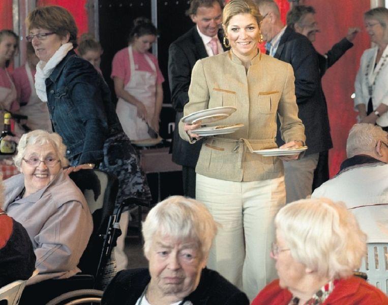 Prinses Máxima deelt pannekoeken uit bij de opening van Stichting Present in Ureterp. Foto Reyer Boxem Beeld