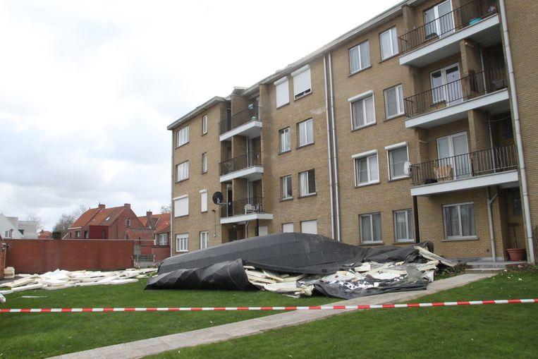 In de Manestraat in Tielt werden de dakbedekking en isolatie van een appartementsgebouw naar beneden geblazen.