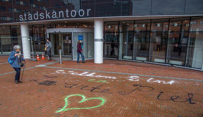 De Zwarte Pieten Actiegroep heeft te tekst 'Ẃelkom sint en Zwarte Piet' op de stoep van het Stadskantoor geschreven. Foto Frans Paalman Zwolle ©2020