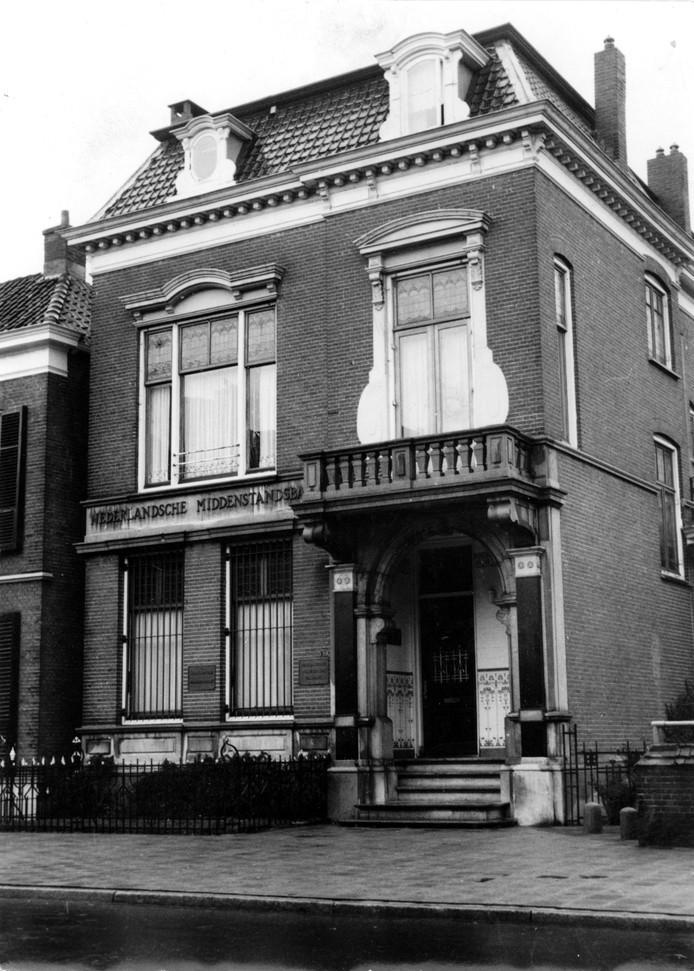 Het gebouw van de Nederlandsche Bank aan de Wierdense- straat (later de NMB) waar de bankroof plaatshad.