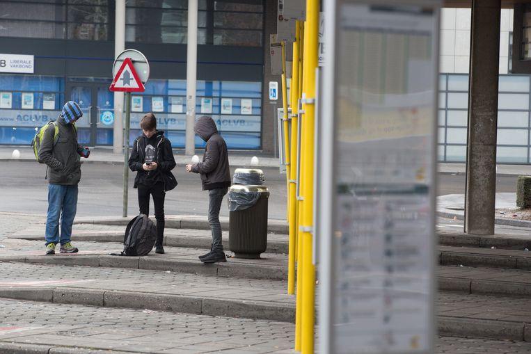 Niet eens een handvol reizigers staat, veelal tevergeefs, te wachten op een bus aan het station in Genk.