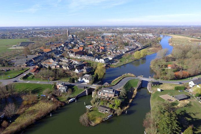 Archieffoto van Asperen vanuit de lucht, met op de voorgrond: de Lingesluizen. De linker wand van de vaargeul rechts op de foto, wordt vervangen.