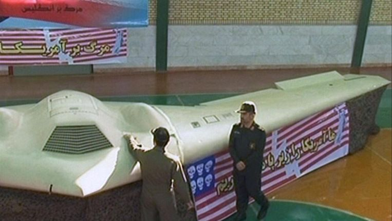 Iran toont in 2011 de Amerikaanse stealth-drone die het onderschepte in het oosten van het land. Beeld AFP