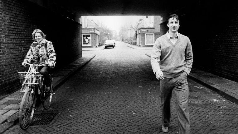 In Betondorp, begin jaren tachtig, onder het poortje waar Cruijff voetbalde als het regende Beeld hollandse hoogte/c. barton van flymen