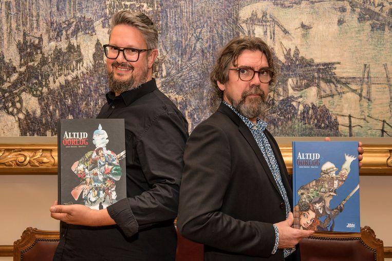 Jimmy Hostens en Rino Feys met beiden delen van 'Altijd Ergens Oorlog'