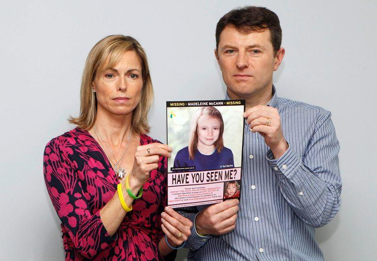 Kate en Gerry McCann met een foto van hoe hun dochter Madeleine (Maddie) er in 2012 zou hebben uitgezien.