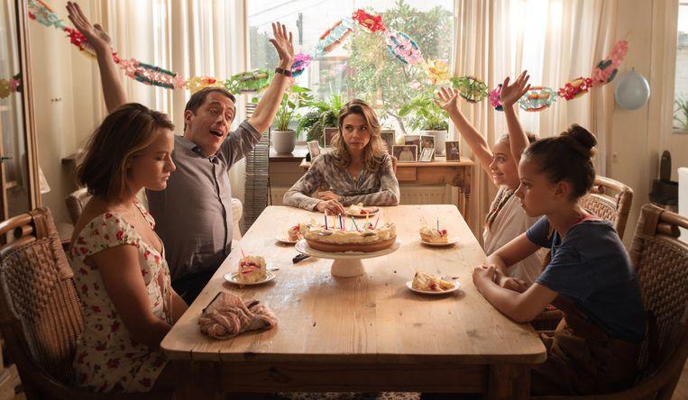 Scène uit Buiten is het feest, met in het midden Georgina Verbaan als de moeder wier dochters worden misbruikt door hun stiefvader.  Beeld