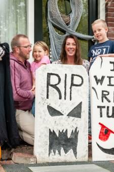 Dit gezin in Gouda jaagt buurt stuipen op het lijf met Halloween-versiering: 'Gek op horrorfilms'