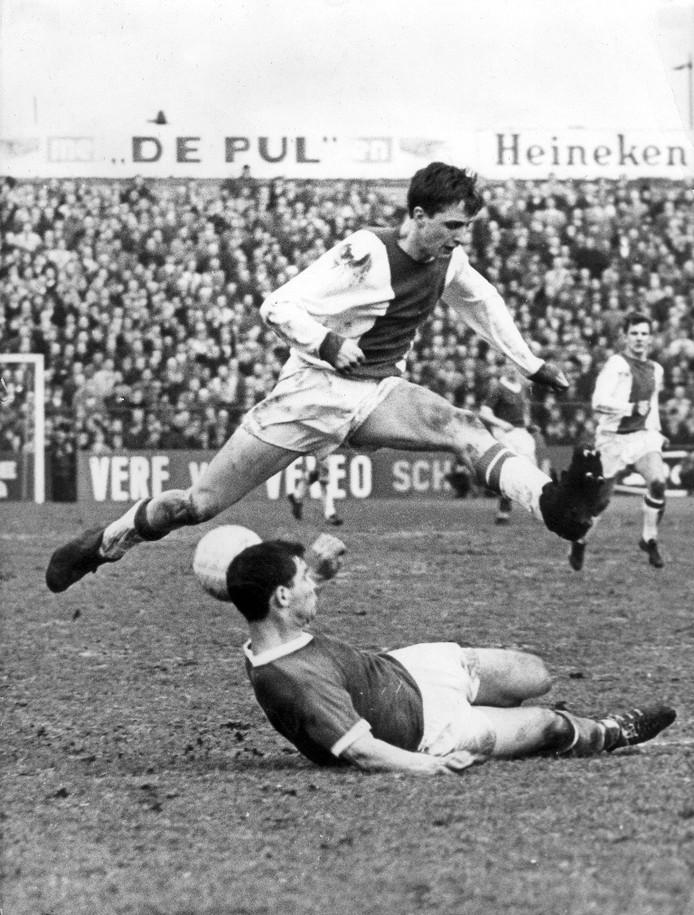 1966: Ajacied Johan Cruijff springt over Spartaan Theo Laseroms.