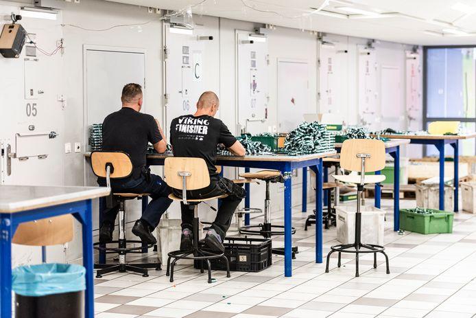 Arbeid in de Alphense gevangenis. Weldra gaan gedetineerden ook buiten de poort aan het werk.