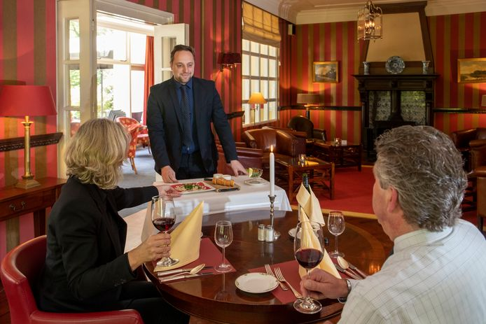 Bij Hotel Restaurant Nol in 't Bosch in Wageningen wordt het eten per trolly naar de tafels gebracht. Een corona-veiligheidsmaatregel: de gasten moeten het ook zelf eraf pakken.